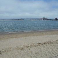 砂浜からみた防波堤