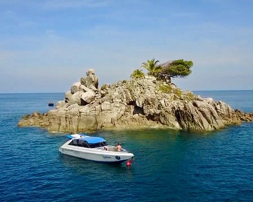 """Our boat and our lovely dive spot """"Koh Waeo"""""""