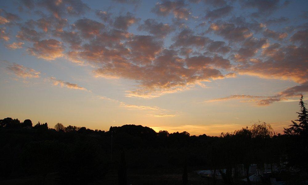 panorama a est di fauglia verso crestina di un  tramonto mozzafiato dalla masseria delle quercio