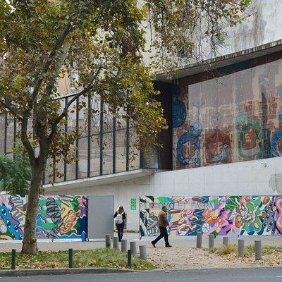 Mural del artista visual Basco Vazko en el frontis del Museo Violeta Parra.