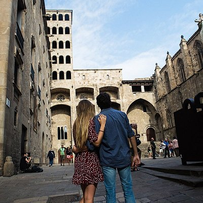 Photoshoot couple in the Gothic Quarter