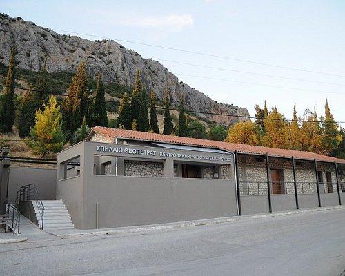 Εξωτερική όψη του Κέντρου Τεκμηρίωσης και Εκπαίδευσης του Σπηλαίου Θεόπετρας