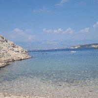 Miejsce przepiękne. Mało miejsca do leżenia ale czuje się tu klimat południowej Dalmacji... Plaż