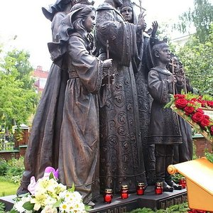 Памятник царской семье на территории храма.
