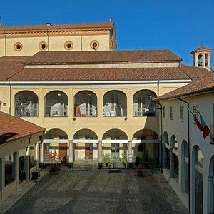 Il chiostro del museo, con la Chiesa Parrocchiale sullo sfondo.