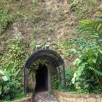 Entrada caverna anfiteatro la villa