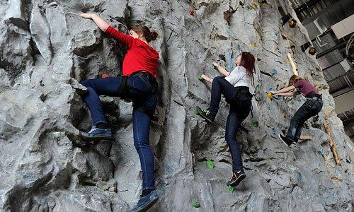 An der zwölf Meter hohen Kletterwand kannst du zwischen fünf verschiedenen Routen wählen!