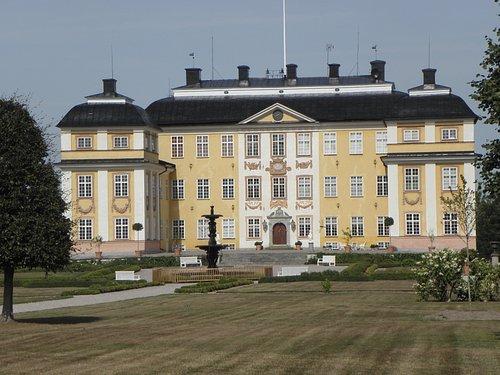Slottet från trädgårdsidan.