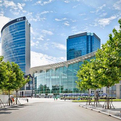 颐堤港集大型时尚购物商场、甲级办公楼以及拥有369间客房与套间的休闲式商务酒店北京东隅为一体。颐堤港购物中心氛围时尚灵动、世界各地美食齐聚、2,400平方米的冬季花园设计独特、充满动感的