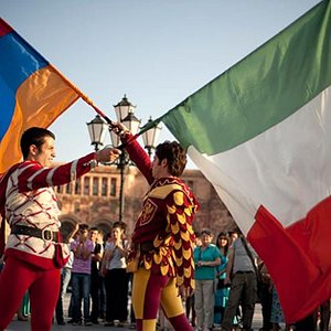 Sbandieratori di Arezzo in Piazza della Repubblica a Yerevan