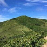 礼文島の真ん中にある山で、花の100名山です。 山頂から利尻山も望める最高のロケーションです。