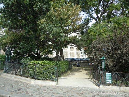 Une entrée du square