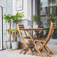 Tenemos terraza para disfrutar del buen tiempo en Sevilla.