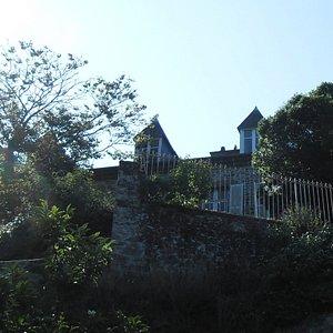 La maison vue d'en bas un jour d'été