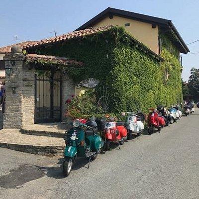 Vespa tour together with a lot of Oldtimer Vespa's