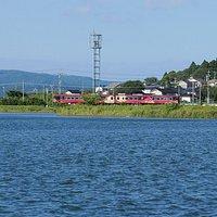 赤浦潟、能登鉄道、そして左奥が能登島です。