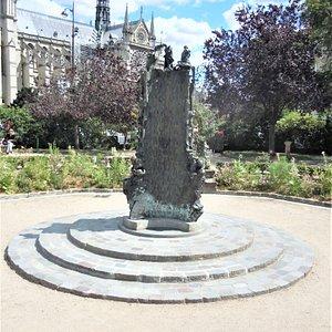 La fontaine dans le square