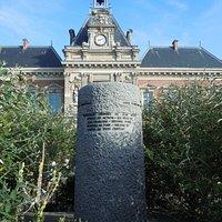 Arrière du monument devant la mairie