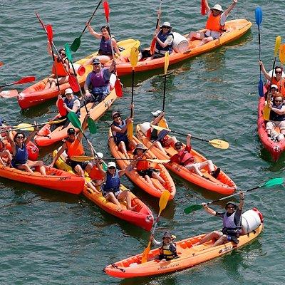 Prêt à remonter l'Odet avec l'équipement adéquat, pagaies, gilets, bidons étanches et kayak.