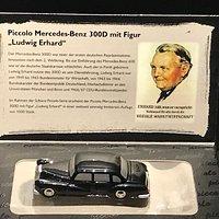 Ludwig Erhard Zentrum - Mercedes Benz mit figur Ludwig Erhard