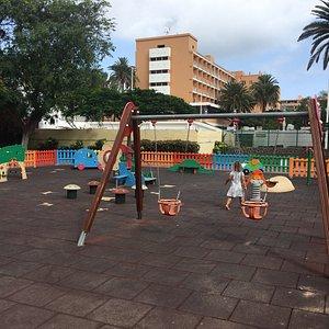 """Dejlig stor legeplads for børn både med """"sandunderlag"""" og """"blødt faldunderlag"""""""