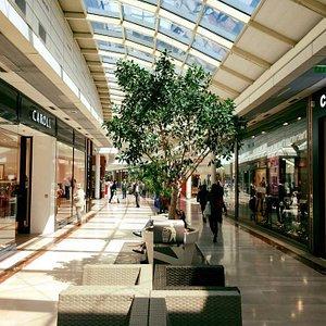 Allées spacieuses et lumineuses sous verrières, 85 enseignes pensées pour votre shopping.