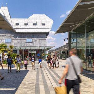 Honfleur Normandy Outlet propose des grandes marques à prix réduits : Nike, Levi's, IKKS...