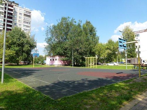 Баскетбольная площадка на берегу озера