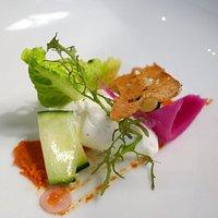 Chèvre frais, pulpe de tomate rôtiie, pickles, oignon rouge