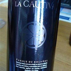 Uno de sus vinos, con elegante etiquetado.