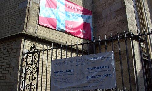 Info-Banner an der Kirche.
