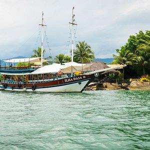 Escuna Ilha Rasa II ancorada na Ilha Rasa - Paraty
