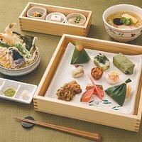 柿の葉すしのほかにも、三輪そうめんを使ったにゅう麺や天ぷらなどのお料理もご用意いたしております。
