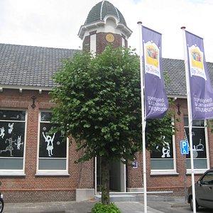 Museum is gevestigd in meer dan 100 jaar oud karakteristiek gebouw. Voorheen school.