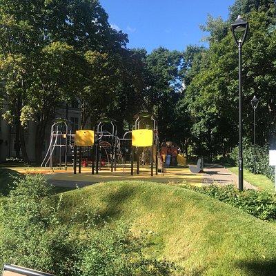Это любимый парк в нашем районе! Здесь есть все для всех! И для взрослых и для детей! Зелень, цв