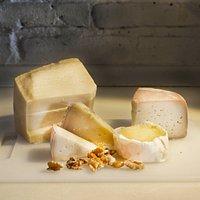 Contamos con una selección de quesos tanto nacional como internacional.