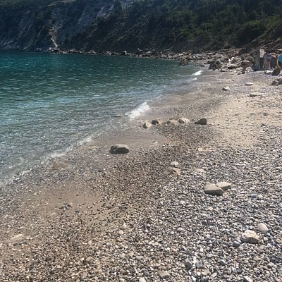 Μικρή παραλία με πεντακάθαρα νερά. Μετά τους άγιους σαράντα φτάνεις σε ένα σημείο με το αμάξι κ