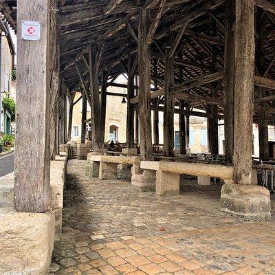 Ces halles construites au 17ème siècle en remplacement de halles du 12ème