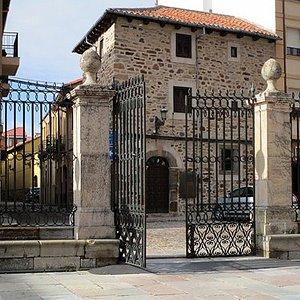 Vista de la Casa del Sacristán desde el atrio de la Catedral de Astorga