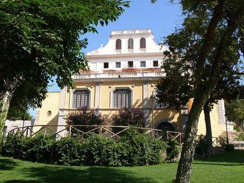 La terrazza della Biblioteca vista dal parco di Villa Adele