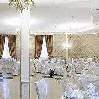 Золотой зал, подходит для мероприятий на 30 человек. Здесь прошла наша свадьба.