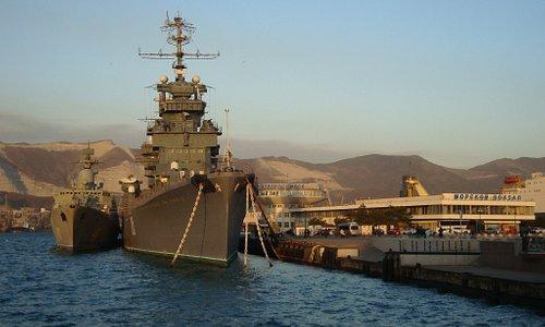Великан красавец-крейсер рядом с пришвартовавшимся судном