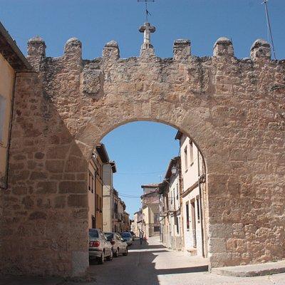 Visition de los restos de la muralla (Puerta de entrada) desde el exterior