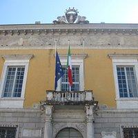 La facciata del municipio.