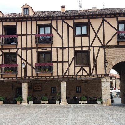 vivienda y arco de entrada a la plaza