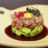 Tuna Tartar, este com avocado, atum, caviar de arenfish e gema de codorna