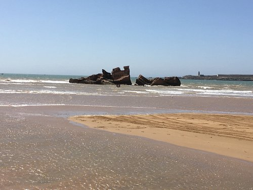 clear waters reveal an old shipwreck off the coast