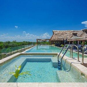 Una linda vista gozando también de la frescura de nuestra hermosa piscina localizada en el Roof