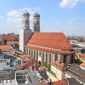 A belíssima Catedral de Munique, vista da torre da Prefeitura