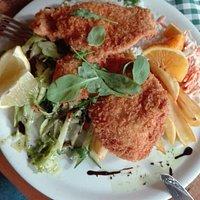 Különleges pankó morzsában sütött csirkemell vegyes körettel, káposztasalátával.
